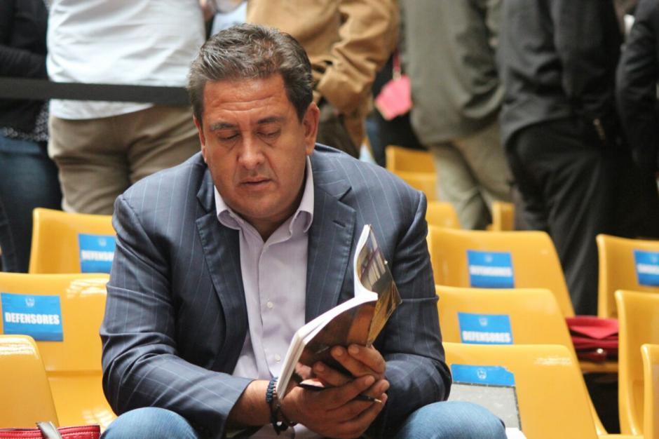 En otro momento lee libros y documentos. (Foto: Wilder López/Soy502)