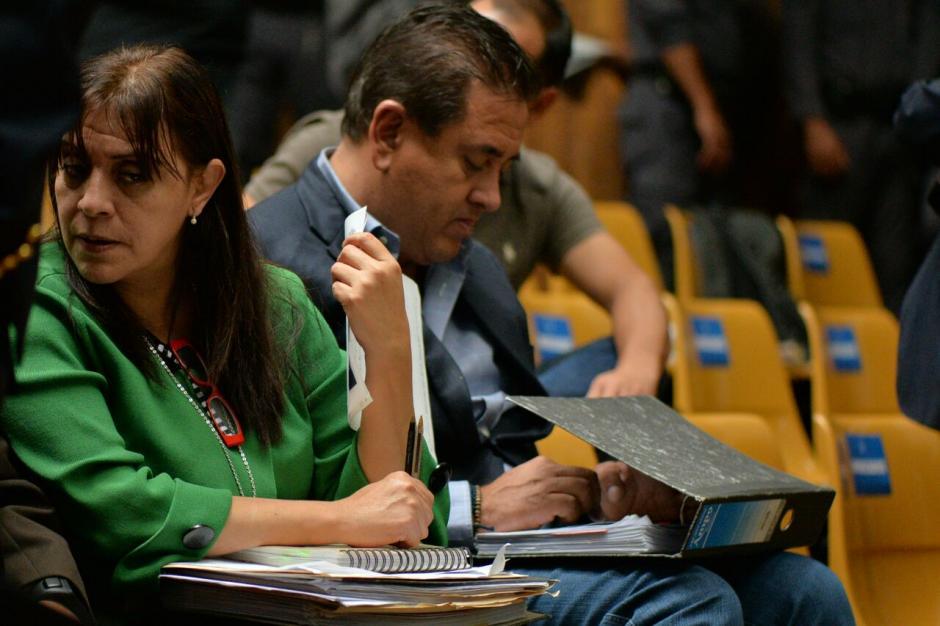 Sobre unos documentos coloca el aparato para no ser detectado. (Foto: Wilder López/Soy502)