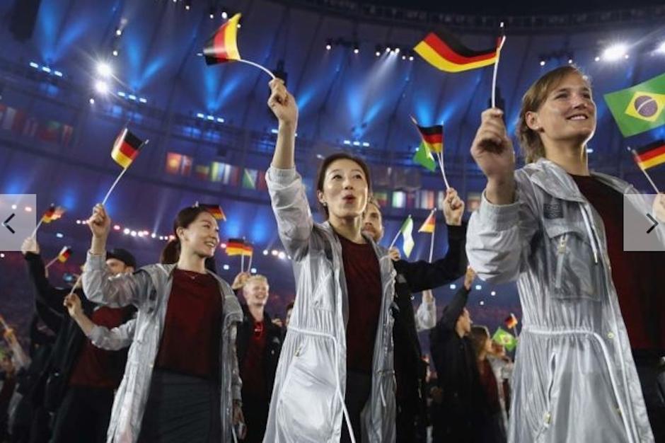 Las capas para la lluvia de Alemania gustaron mucho a los expertos. (Foto: Vogue)