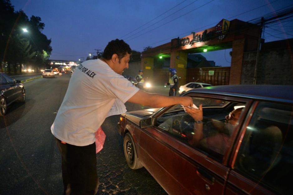 Los padres de Alex como le decían entregan volantes con la historia del menor. (Foto: Wilder López/Soy502)