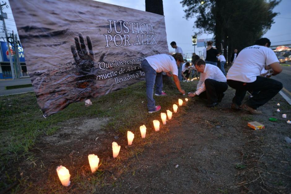 Con veladoras y mantas cercanos a Alex conmemoran dos meses de su muerte. (Foto: Wilder López/Soy502)