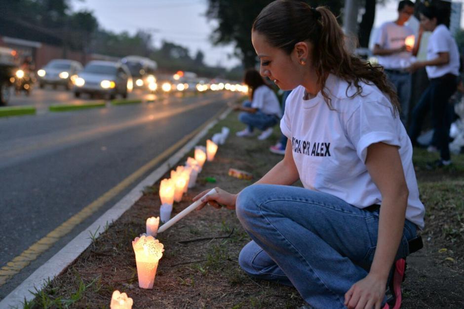 Las velas fueron puestas frente al ingreso del colegio donde estudiaba Alex. (Foto: Wilder López/Soy502)