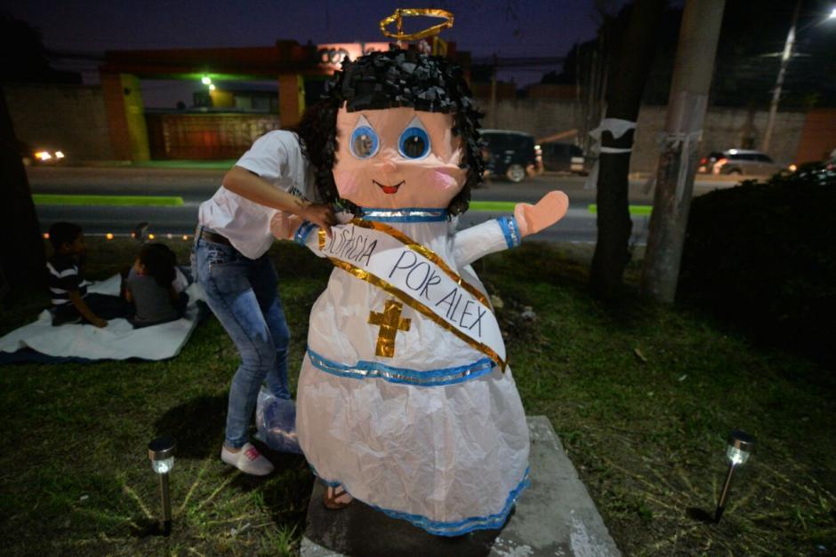 Con piñatas de ángeles se conmemoraron dos meses de su deceso. (Foto: Wilder López/Soy502)