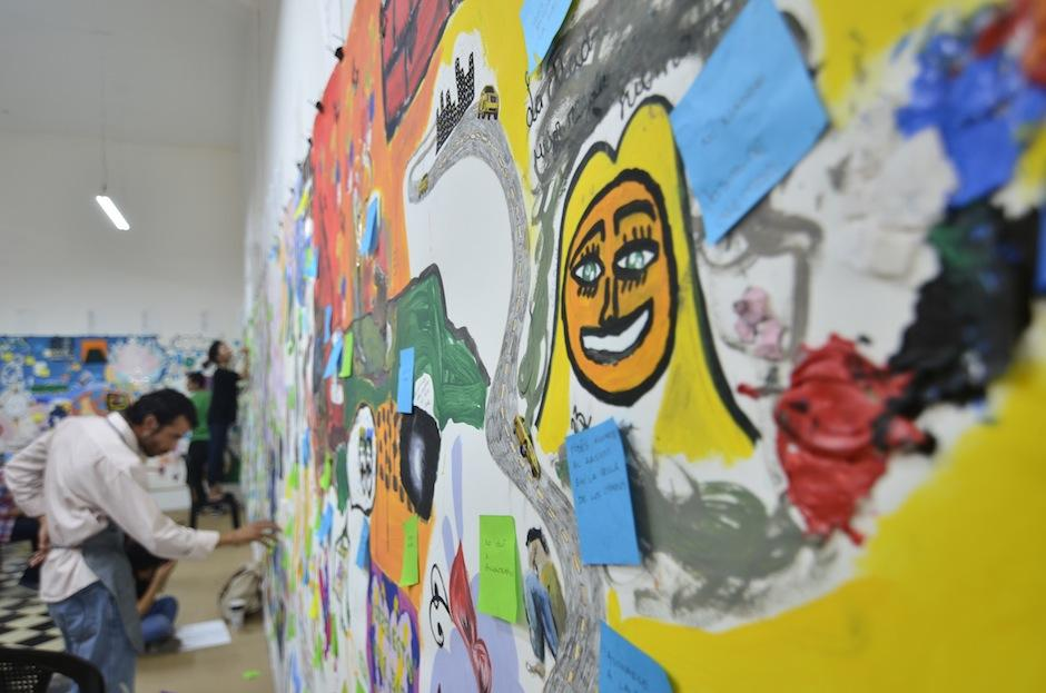 En él, los asistentes a la galería podían plasmar su arte, basados en textos de la escritora guatemalteca. (Foto: Selene Mejía/Soy502)