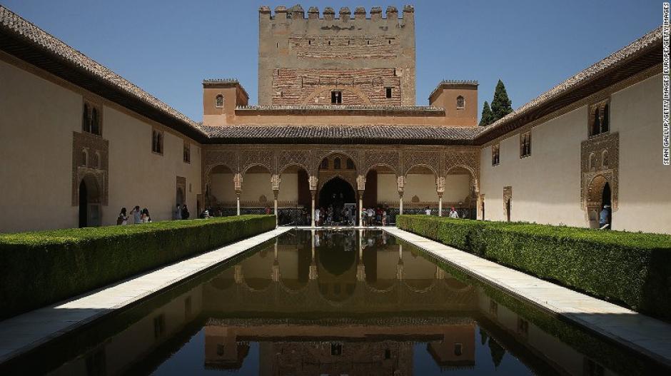 El palacio de Alhambra de Granada, España es una obra de arte islámica que se estableció en ese país.