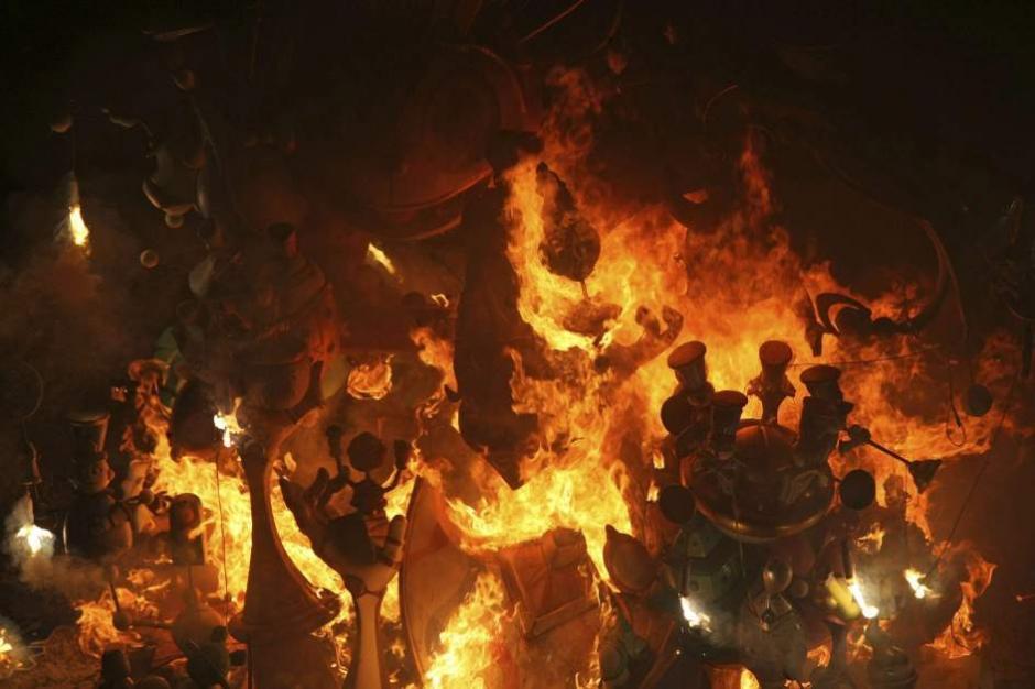 Cremá de la hoguera oficial de la plaza del ayuntamiento, en Alicante. El fuego ha reducido a cenizas esta noche los 182 monumentos de cartón y madera que estos días han adornado las calles y plazas de la ciudad, con motivo de las fiestas oficiales de Alicante, las Hogueras de San Juan. (Foto: Morell/EFE)