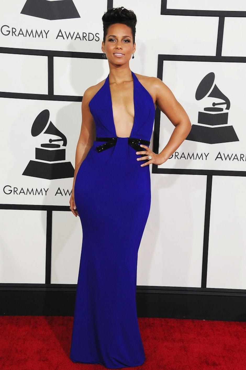 Solo a Alicia Keys pudo haberle lucido bien este escote de infarto de Armani; el color azul resalta su tono de piel. (Foto: fabsugar)