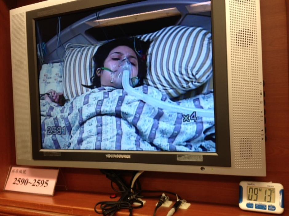 La madre de Santi, feliz de saber que la operación había salido bien.