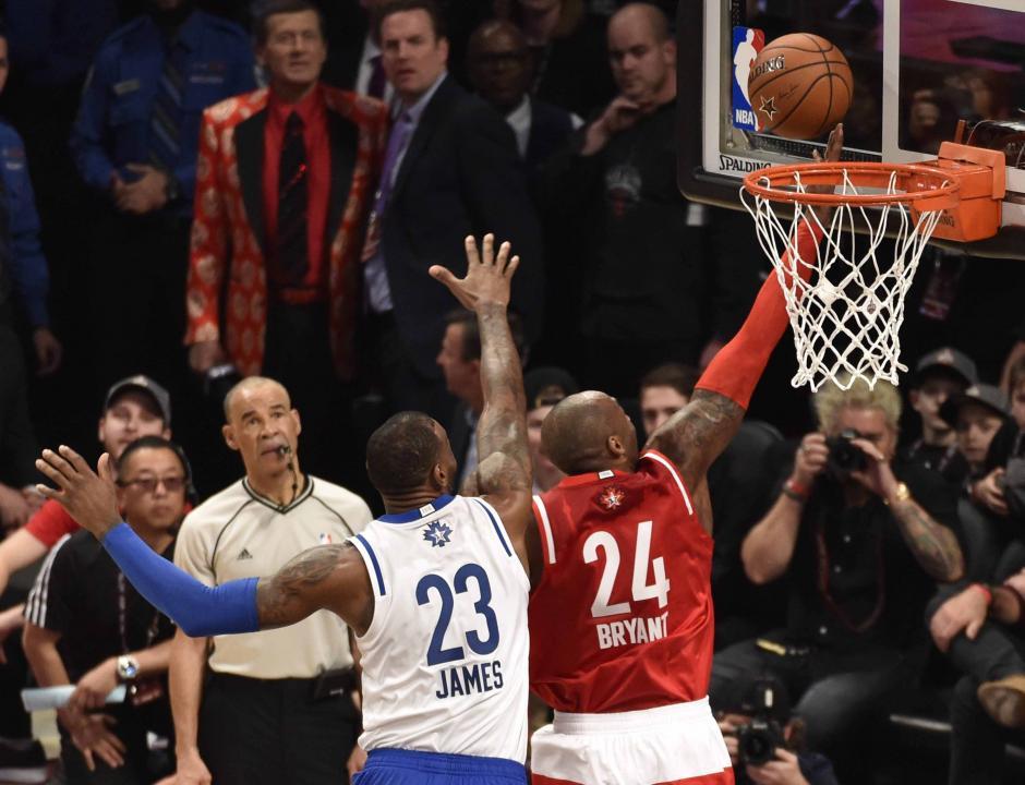 Tremendo duelo; Lebron James y Kobe Bryant. Imagen para el recuerdo.(Foto: EFE)