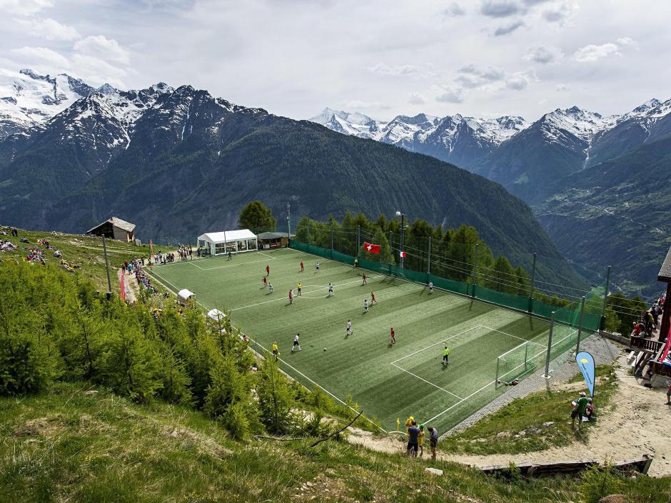 El estadio Ottmar Hitzfeld es peculiar porque queda entre las montañas de Suiza. El mayor atractivo de este estadio es la altura en la que se encuentra y el gran paisaje que se puede observar desde el campo de juego. El mayor problema es cuando la pelota se va. (Foto: Tomada de AS)