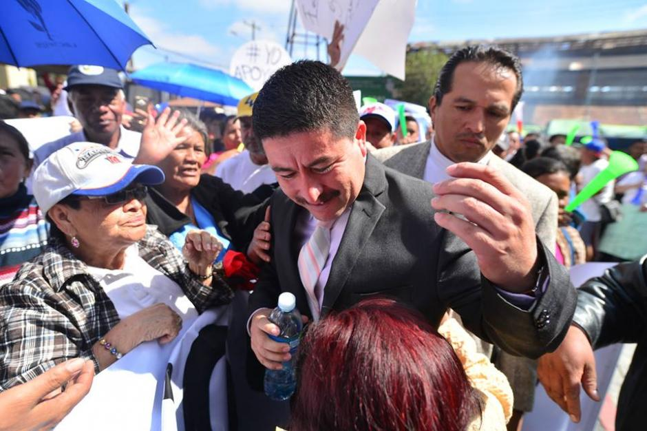 Alvarizaes fue recibido por los manifestantes en favor de Tono Coro. (Foto: Wilder López/Soy502)