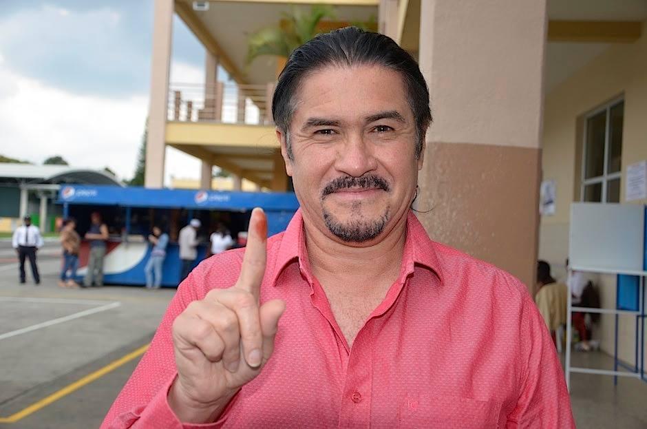 Álvaro Aguilar, vocalista del grupo de rock nacional Alux Nahual, asistió a votar durante la segunda vuelta electoral. (Foto: Selene Mejía/Soy502)