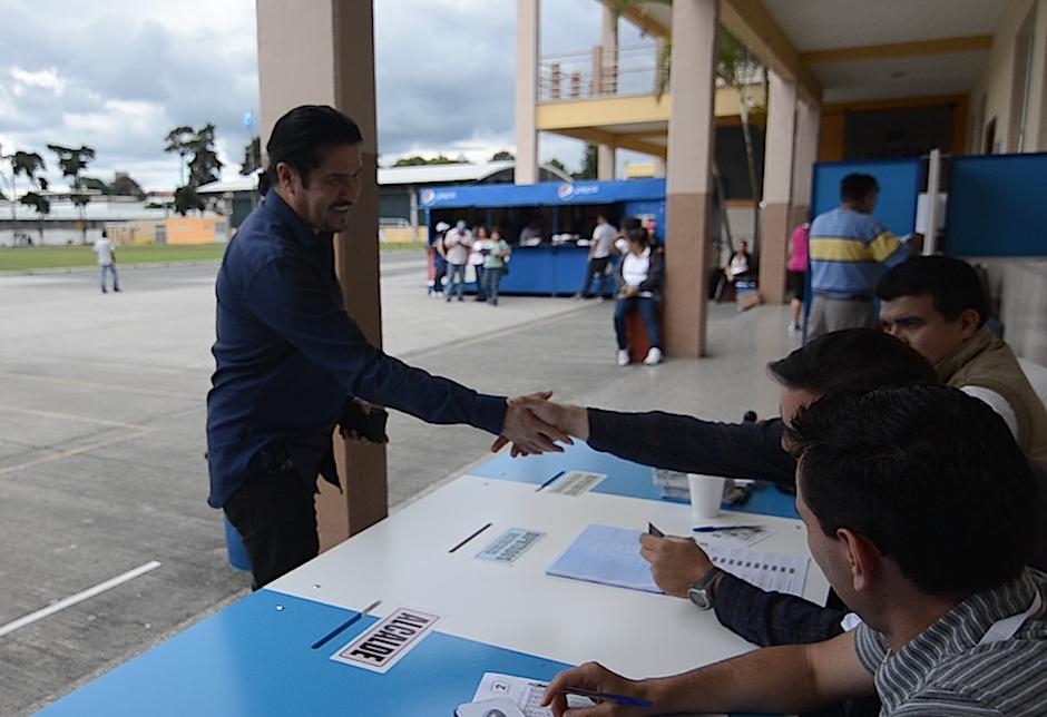 El músico nacional fue gratamente recibido por los integrantes de su mesa. (Foto: Selene Mejía/Soy502)