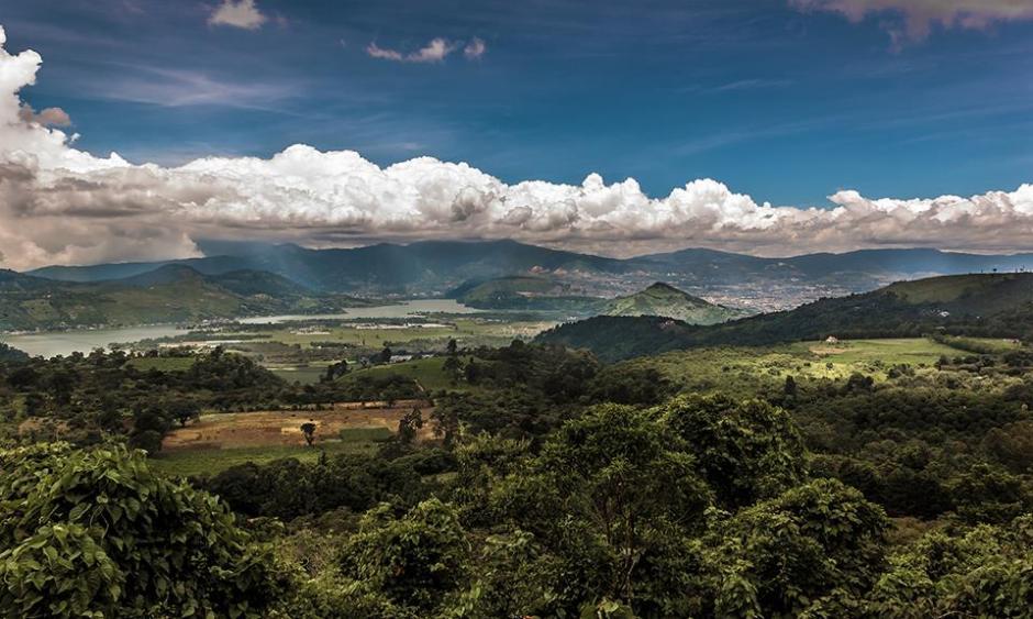 Amatitlán vive este 3 de mayo un día de fiesta, en la celebración del Día de la Cruz. Esta hermosa imagen nos recuerda la bellaza del lago al centro de este municipio de Guatemala. (Foto Marcelo Jiménez/www.facebook.com/MarceloJimenezFotografia)