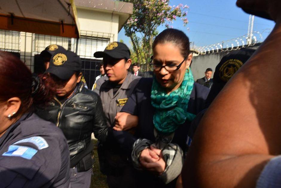 Roxana Baldetti llegó rodeada de agentes del Sistema Penitenciario. (Foto: Jesús Alfonso/Soy502)