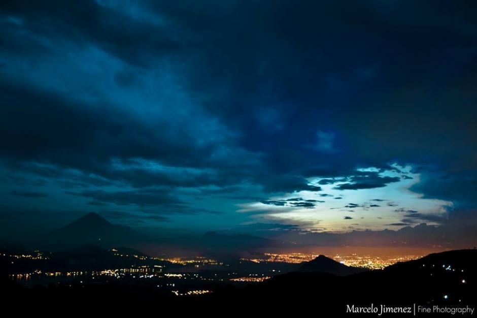Anochece en Amatitlán, el hermoso municipio de Guatemala que hoy está de fiesta.(Foto Marcelo Jiménez/www.facebook.com/MarceloJimenezFotografia)