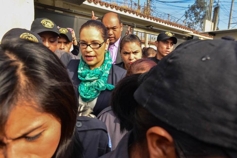 Los guardias evitaron que Roxana Baldetti hablara con los medios. (Foto: Jesús Alfonso/Soy502)