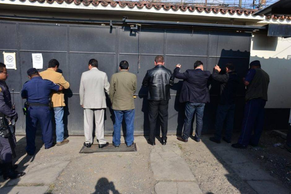 Antes de ingresar al juzgado de Villa Nueva los acusados son registrados. (Foto: Jesús Alfonso/Soy502)