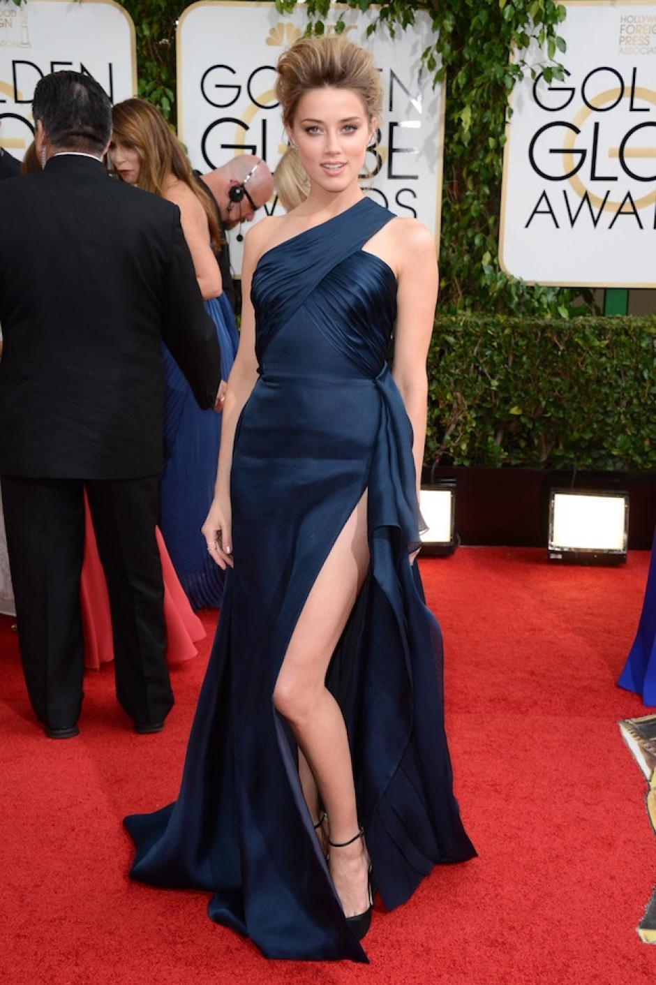 Amber Heard lució sus piernas con este vestido en color azul marino, aunque la apuesta es un poco segura, lució elegante. (Foto: Hollywood Reporter)