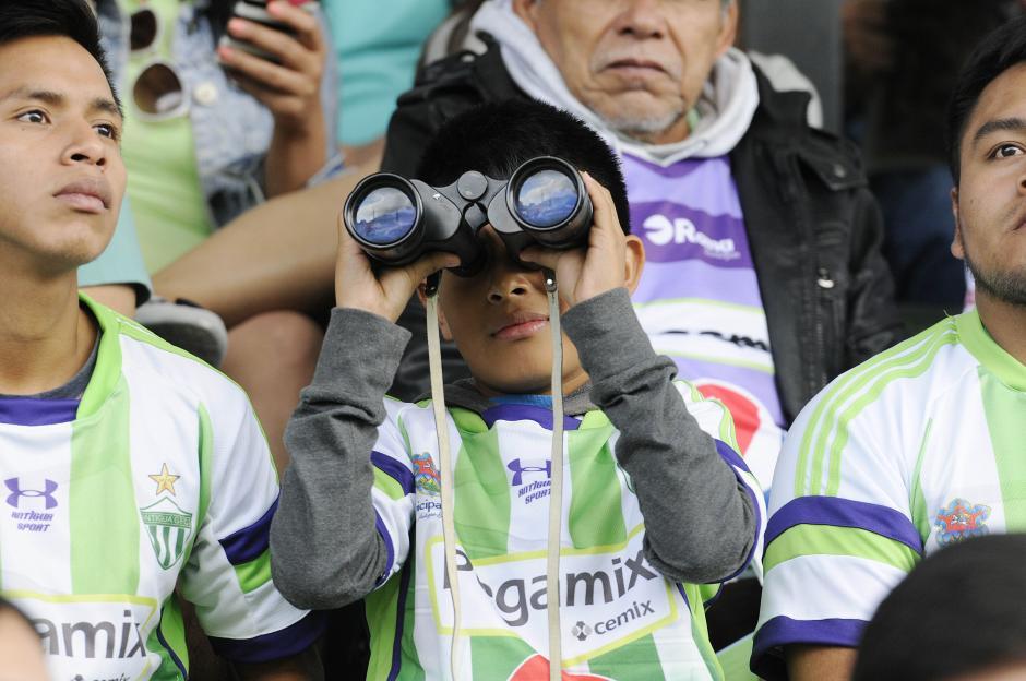 Este niño no perdió detalle de nada. Seguro recordará por muchos años este 20 de diciembre que su equipo se coronó.(Foto: Nuestro Diario)