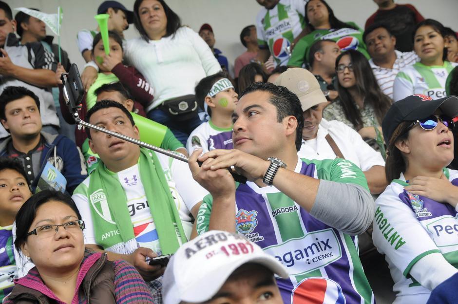 Las selfis no hicieron falta en el estadio Pensativo. (Foto: Nuestro Diario)