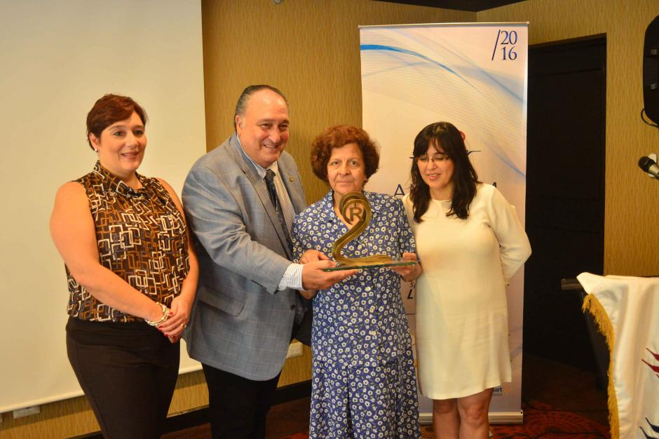 Doña Norma, la madre del científico, recibió el galardón en el marco del Día de la Propiedad Intelectual. (Foto: Jesús Alfonso/Soy502)