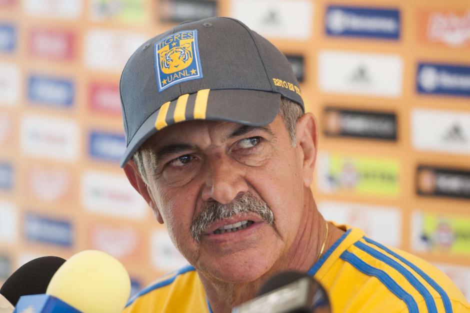 El técnico Ricardo Ferretti vivió con mucha intensidad el partido en el estadio Azteca. (Foto: telemundoalaska.com)