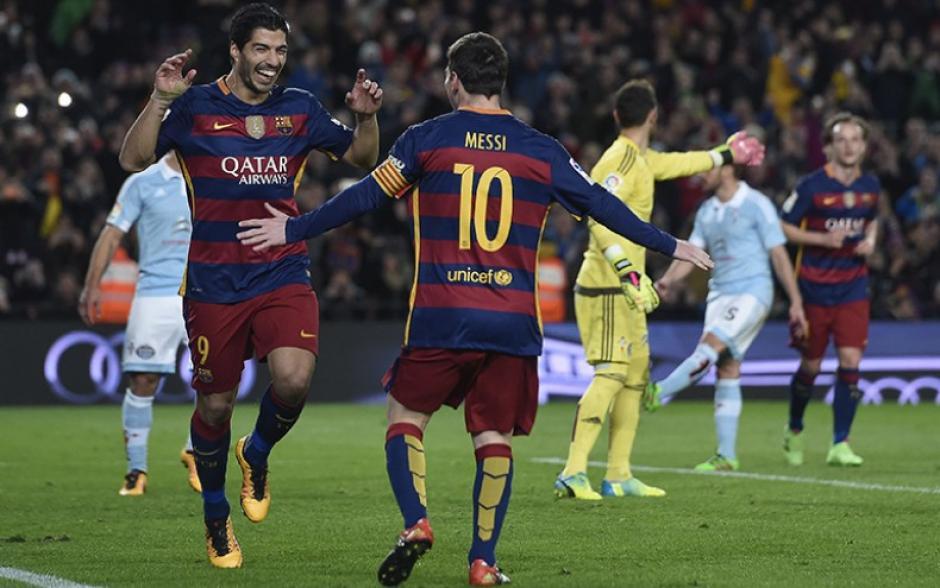 Suárez se sonríe con Messi luego que se le adelantara a Neymar para marcar el gol. (Foto: America TV)