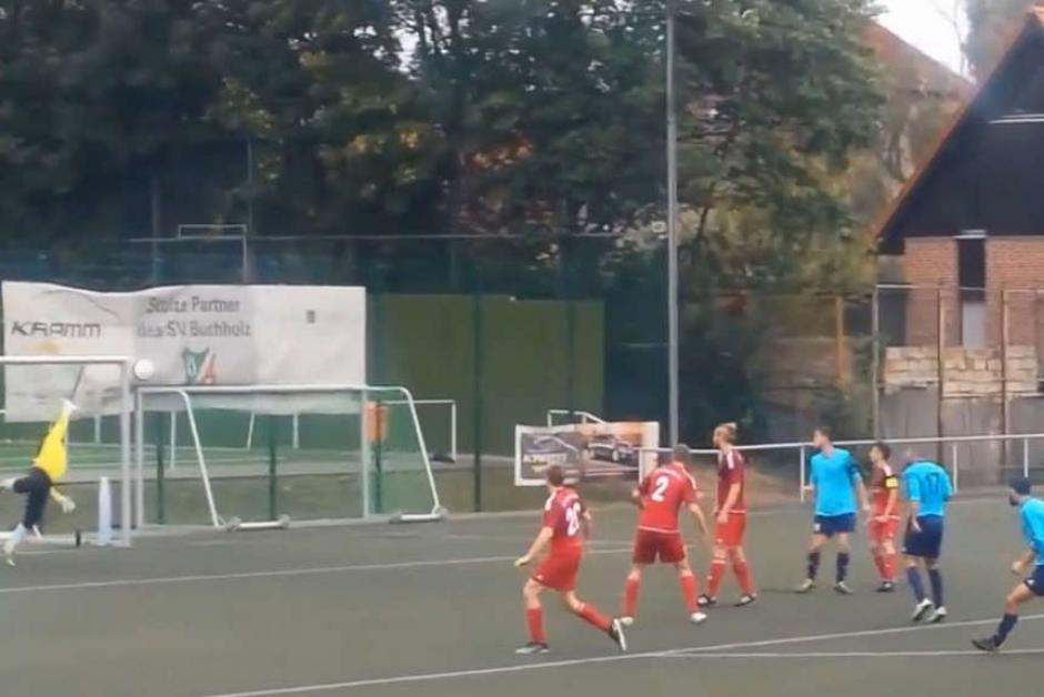 El delantero alemán tomó la pelota a escasos metros del área grande con la intención de anotar. (Imagen: captura de YouTube)