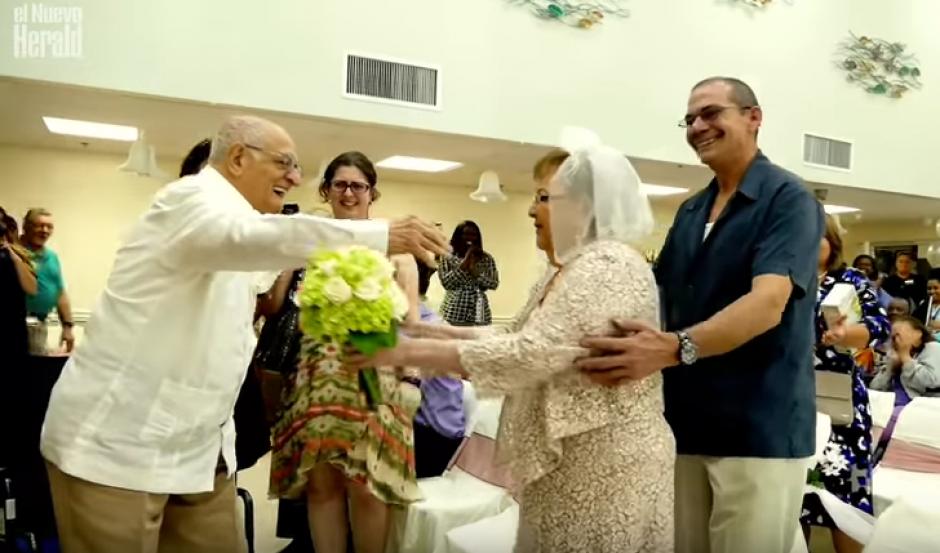 Junto a familiares y amigos, pasaron una inolvidable velada. (Imagen: captura de YouTube)