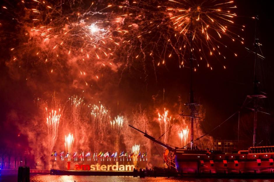 La capital holandesa, Amsterdam, se lució con un show de luces que impresionó a miles de personas. (Foto: AFP)
