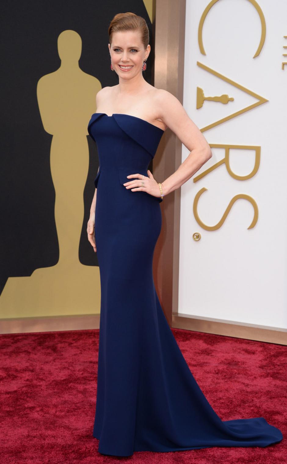 Amy Adams está nominada a cuatro distintos premios. En 2009 también compitió por la presea a mejor actriz. Utiliza un diseño de Gucci. Resalta el detalle de los pendientes color fucsia. (Foto: E!)