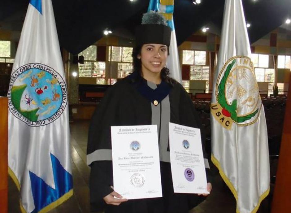 La futbolista guatemalteca Ana Lucía Martínez luce orgullosa sus diplomas que la acreditan como ingeniera química graduada de la Usac. (Foto: Cortesía)