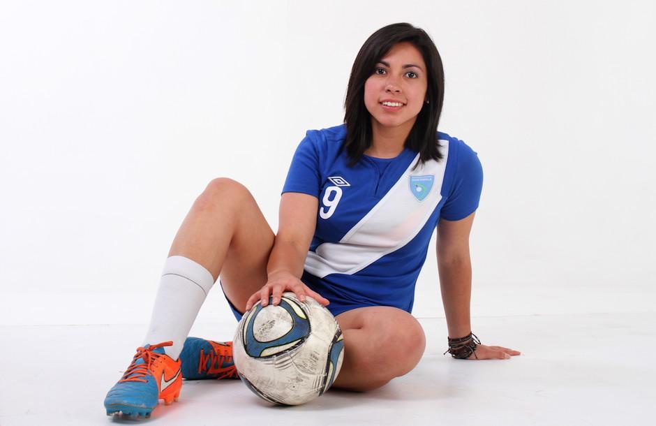 Ana Lucía Martínez es ingeniera química, además de ser futbolista profesional. (Foto: Soy502)