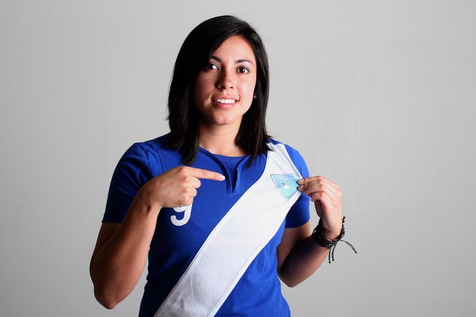 Analú luce orgullosa la camiseta azul y blanco, la que ha defendido en varios procesos. (Foto: Soy502)