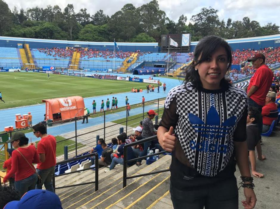 Con el Mateo Flores de fondo Ana Lucía posó para los aficionados que le pidieron una foto. (Foto: Luis Barrios/Soy502)