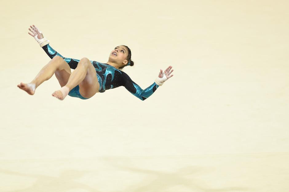 Ana Sofía realiza un salto durante su rutina de piso