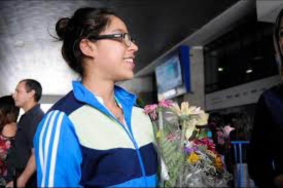 Ana Sofía Gómez fue recibida por su familia tras haber logrado el pase para Río 2016. (Foto: Pedro Pablo Mijangos/Soy502)