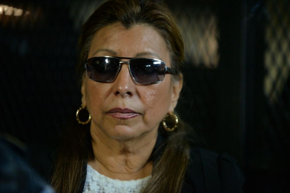 Anabella de León se cubrió los ojos con lentes oscuros. (Foto: Wilder López/Soy502)