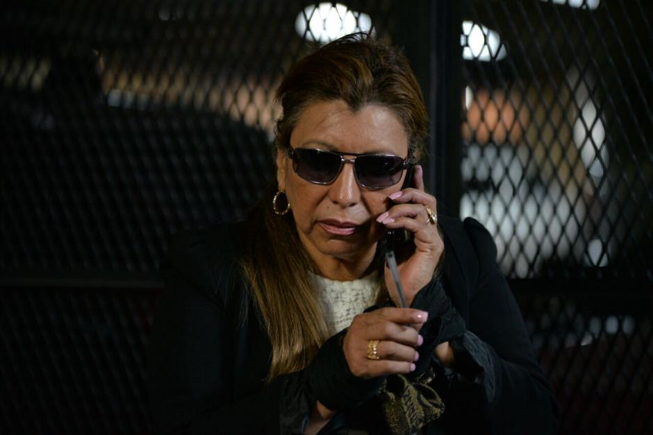 La exjefa del Registro de la Propiedad habla por teléfono en la Torre de Tribunales. (Foto: Wilder López/Soy502)