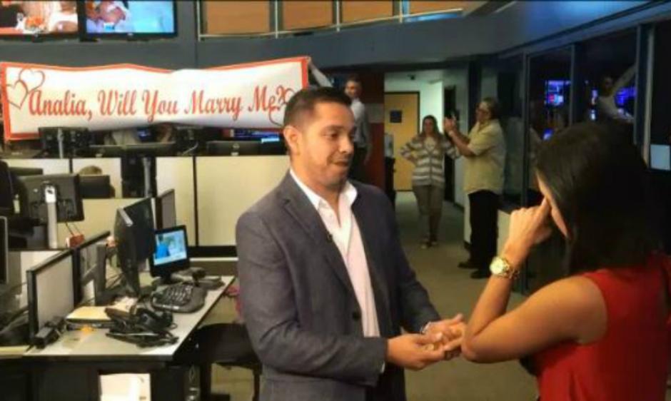La reportera fue sorprendida con una propuesta de matrimonio en plena transmisión en vivo