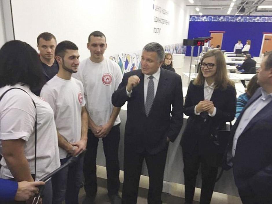 Anastasia junto al ministro del Interior de Ucrania, Arsen Avakov. (Foto: Daily Mail)
