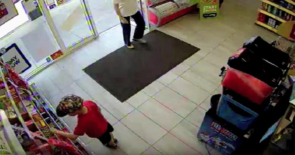 No se detiene y pasa la puerta de una tienda. (captura de pantalla: GM Police/YouTube)