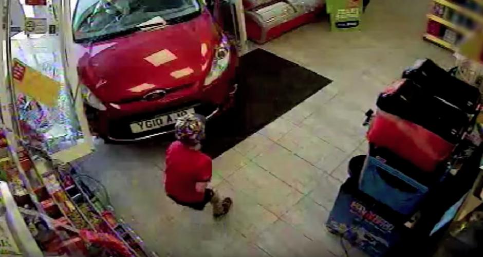 El automóvil se pasa llevando a un niño de tres años. (captura de pantalla: GM Police/YouTube)