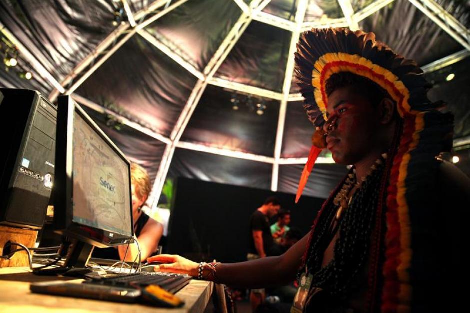 Anderson Iuri, un brasileño de la etnia Manoki, se entretiene navegando en el centro de operaciones de los Juegos.(Foto: EFE)