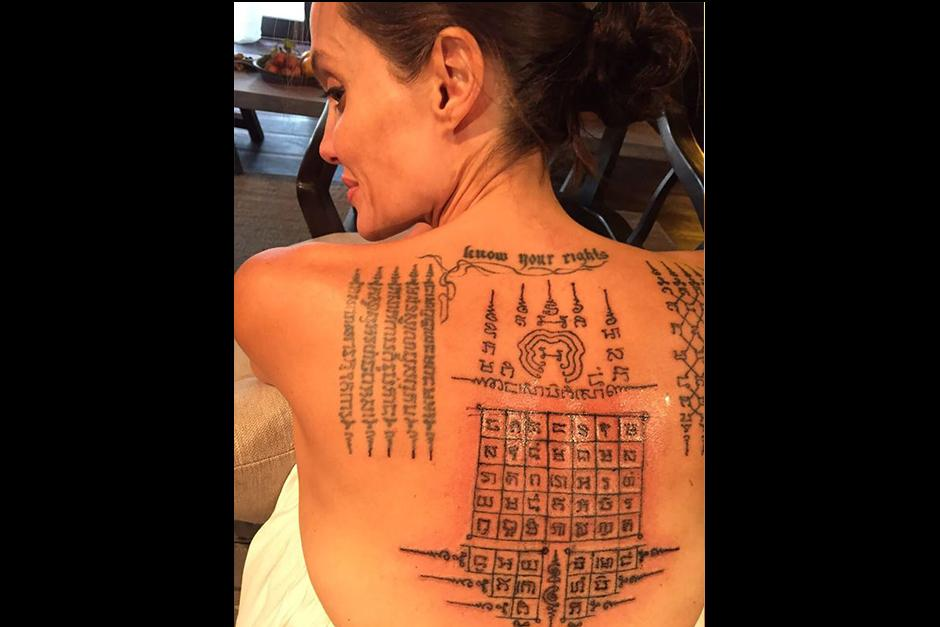 La espalda de Jolie todavía luce sensible por la penetración de la aguja estilo quirúrgicas. (Foto: Splash News)