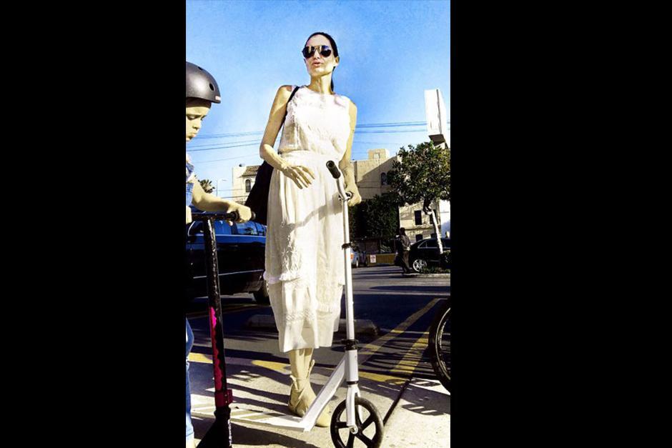 La actriz apareció por las calles de California con un vestido largo color marfil. (Foto: Radar Online)