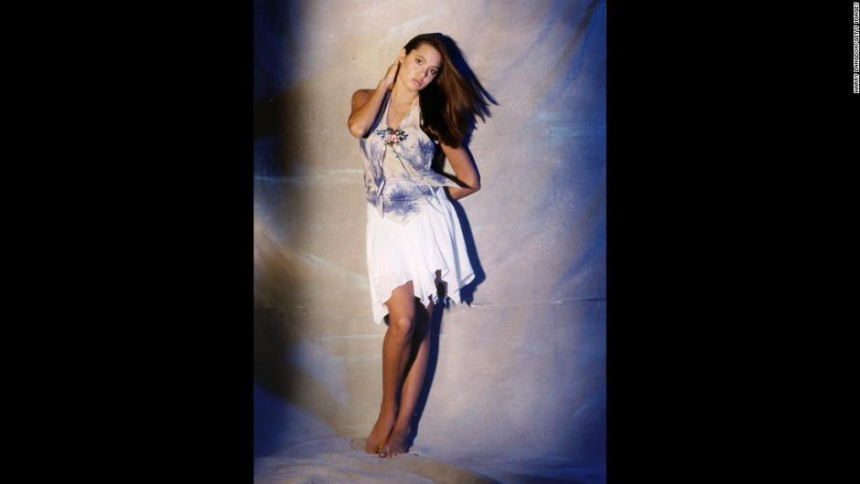 Varios atuendos de la época fueron utilizados por Angelina. (Foto: Harry Langdon)