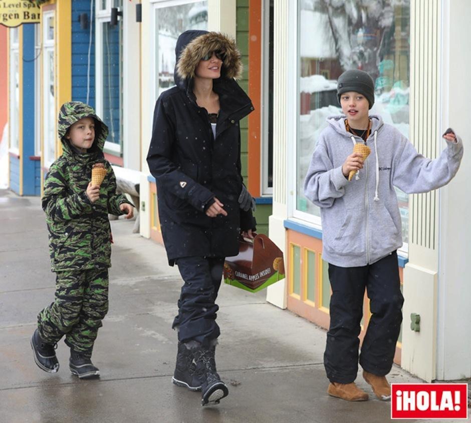 La actriz luce muy animada junto a sus hijos. (Foto: Cordon Press)