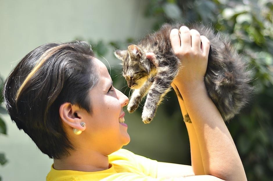 Estela Calderón es voluntaria de Animal Love. (Foto: Selene Mejía/Soy502)